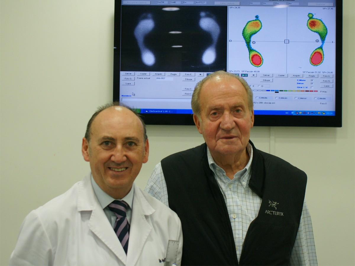 Don Juan Carlos con su podólogo, Angel de la Rubia, en el Centro de podologia deportiva.